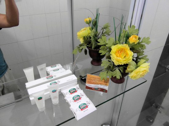 The Suites at Calle Nueva: Ample supply of soaps, shampoo and toothbrush+paste