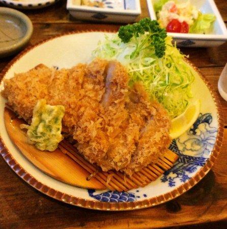 Rokuan Katsugen : 特選ロースかつ定食です。サクサクしたころも、滲み出る肉汁。食欲がそそられます。