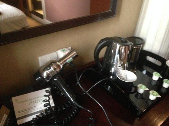 Hotel Russell : asciugacapelli e bollitore insieme in stanza