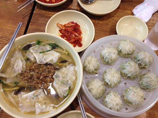Myeongdong Kyoja Main Restaurant: Kalgaksu and Mandu