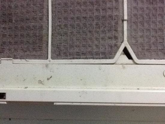 Riverside Tourist Park : filthy aircon, after the cover had fallen off