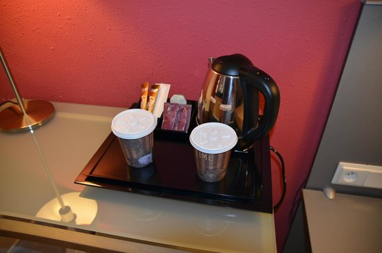 Hotel Medicis: Tea & coffee making facilities