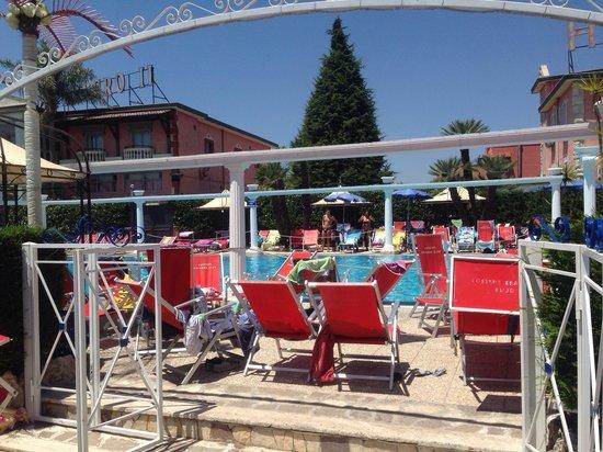 Licola, Italia: Questo sarebbe l ingresso della piscina!!! Cioè dico da dove cavolo entro???? Mah senza parole