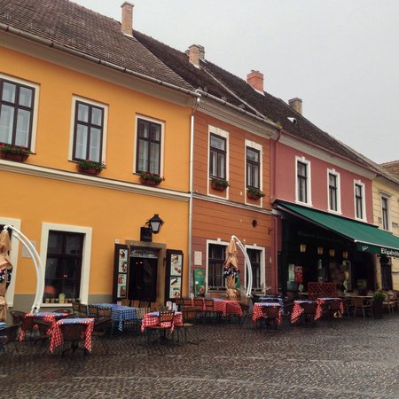 Main Square (Fo tér): Cafe