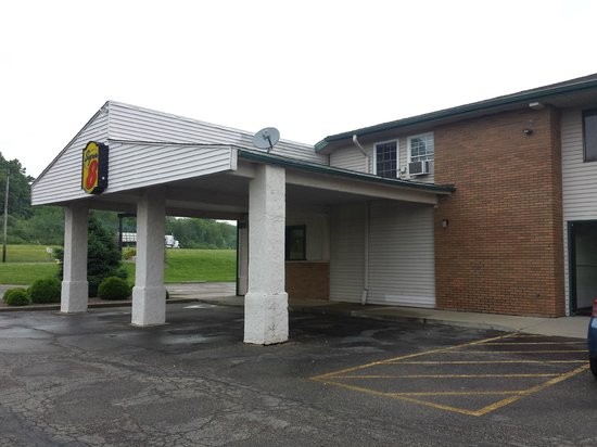 Super 8 Newcomerstown: Lobby entrance