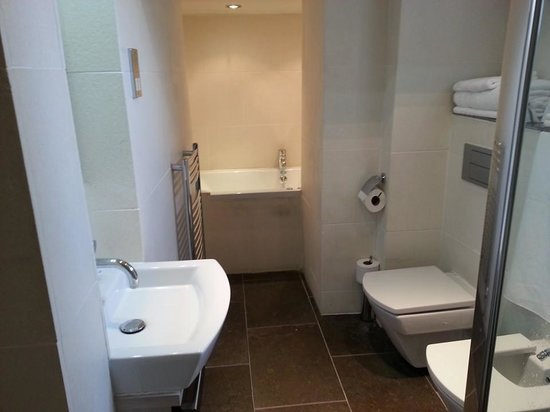 The Frenchgate Restaurant & Hotel: Cosy bathroom