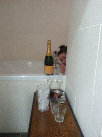 The Frenchgate Restaurant & Hotel: Hiding in cosy bath!