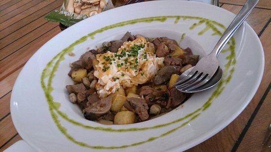 Sergio Megias Gastrobar: Huevos rotos con habitas e higadito,  alcachofitas y setas confitadas, un plato espectacular