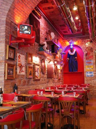 La Base: Restaurant a bit empty because we were early to mediterrane standards ;)