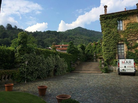Villa Porro Pirelli: the parking in front of the lobby