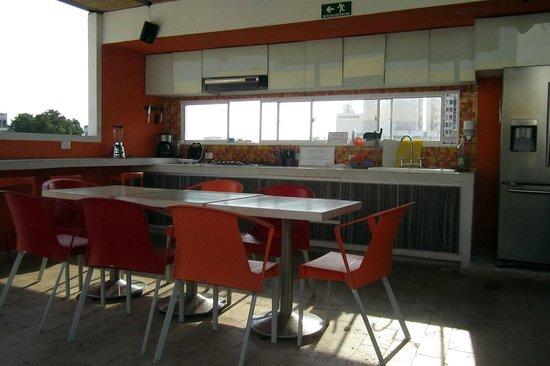 Masaya Hostel Santa Marta: giant open kitchen at Masaya