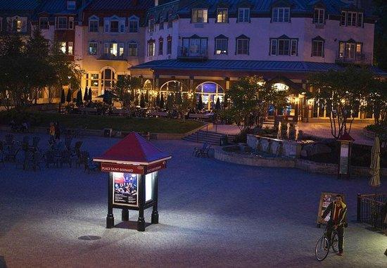 La Place St-Bernard - Les Suites Tremblant : La Place Saint-Bernard at night