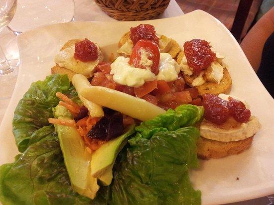 La Koska : Entrée: toasts de brebis en salade...