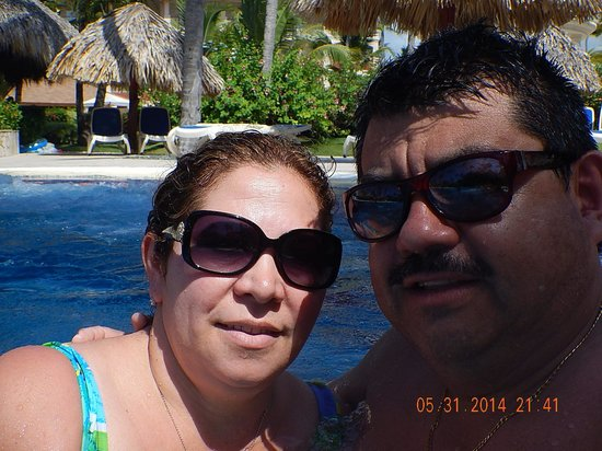 Hotel Majestic Colonial Punta Cana: Having  fun with my wife Andrea at the majestic pool.