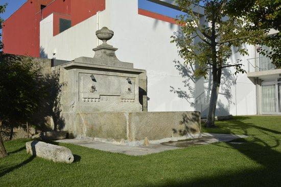 Vitoria Village: Fonte em frente à área do Café da Manhã