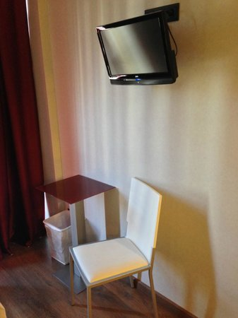 Hotel Sant Antoni: TV, chair and desk.  There is very little table/counter space in the room