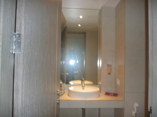 favehotel Kuta Square: The view when you open the bathroom