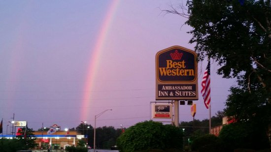 BEST WESTERN Ambassador Inn & Suites: Beautiful rainbow seen at our hotel last night.