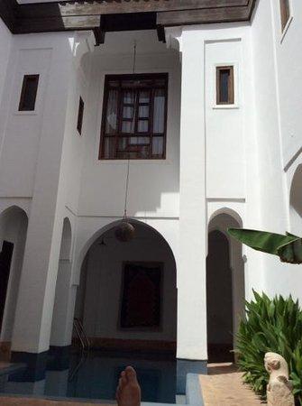 Riyad El Cadi: schönes Zimmer mit Doppelbett über Pool