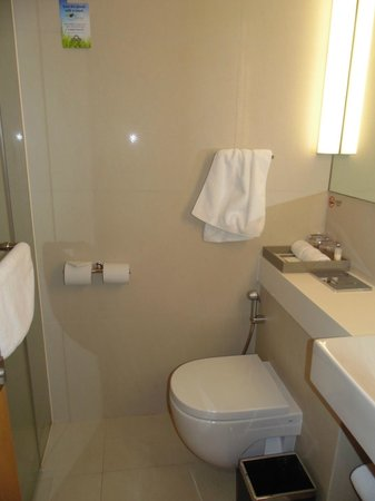 Days Hotel Singapore At Zhongshan Park: View of Bathroom