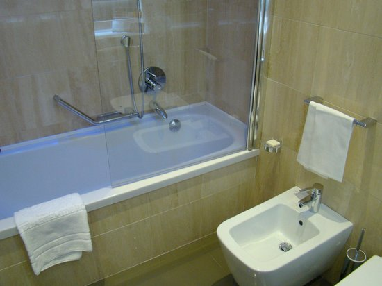 Hotel Artemide: Tub/Shower