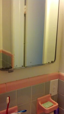 Paradise Oceanfront Hotel: Bathroom mirror is really dated