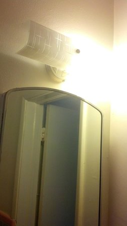 Paradise Oceanfront Hotel: Bathroom light, one bulb was out, the other flickered