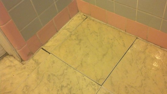 Paradise Oceanfront Hotel: Bathroom floor
