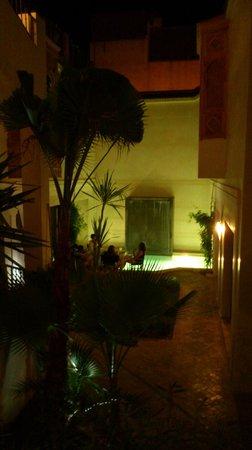 """Riad Dar Nimbus : vue sur la """"piscine"""""""