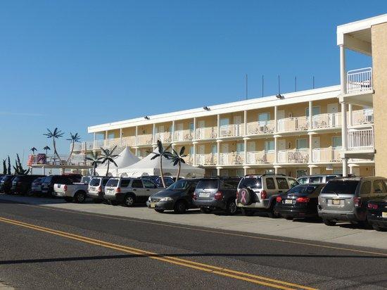 Coliseum Ocean Resort: front of hotel