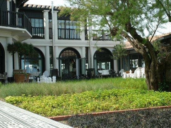 La Co(o)rniche : entrée de l'hotel