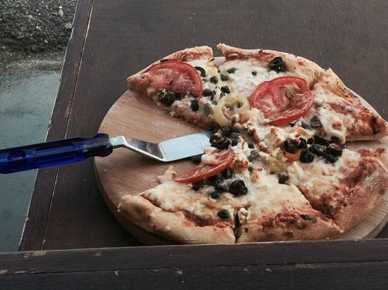 Waves Restaurant Chill Out Bar: Grek Pizza :)
