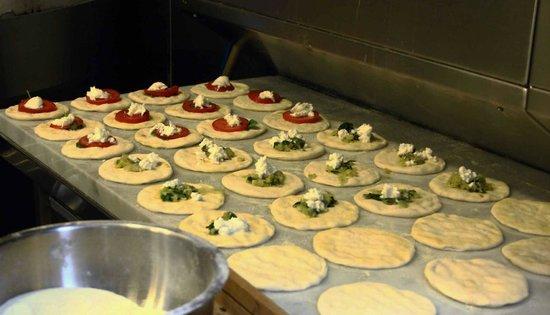Mendeli Street Hotel: pitta bread for breakfast!
