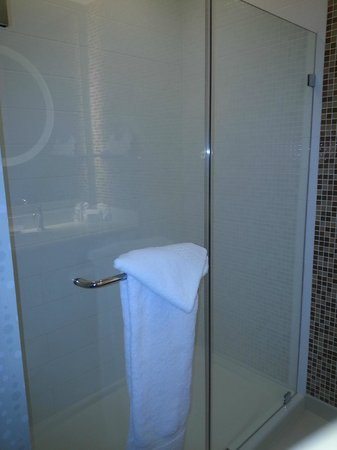 SpringHill Suites Houston Baytown: HUGE shower, glass door that opens, very clean!!!!