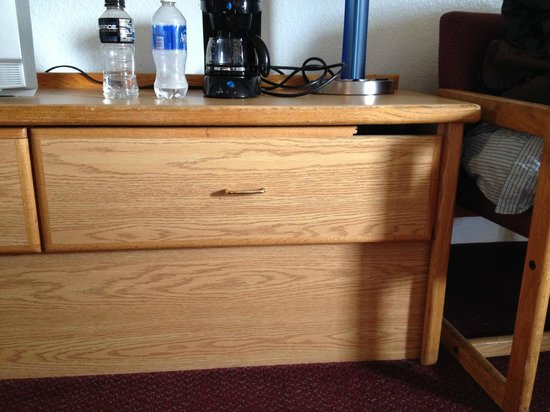 Travelodge Sea-Tac: Busted dresser