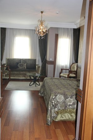 Ferman Hotel: Upgraded Room with Couch and Balcony