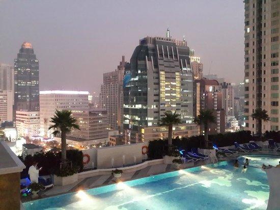 The Berkeley Hotel Pratunam: Pool area at night