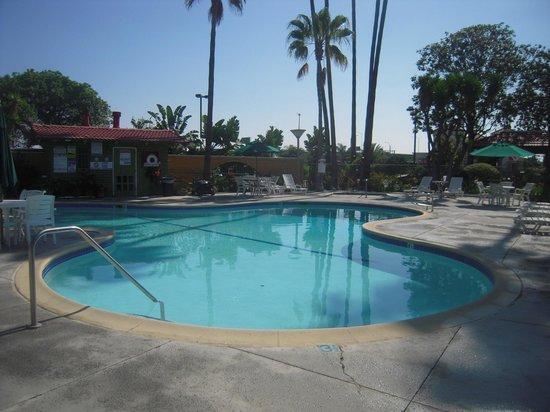 Vagabond Inn Costa Mesa/Orange County Airport: Grande piscine