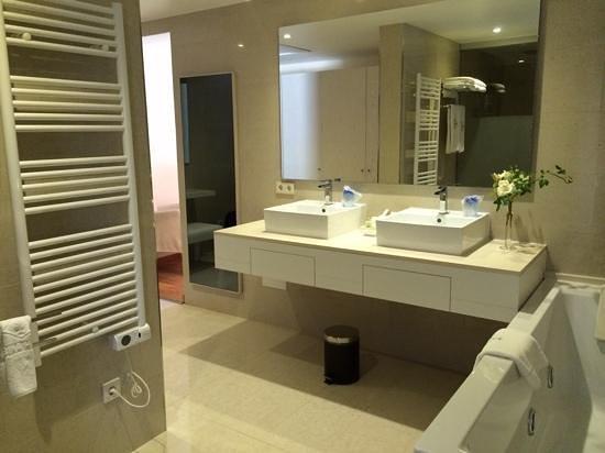L'Hermitage: bathroom