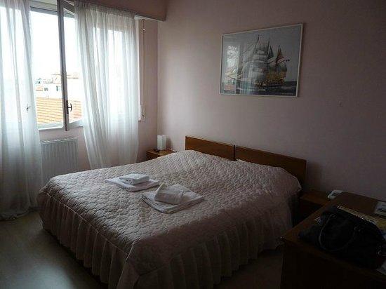 Riviera Hotel : il letto stanza 2
