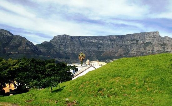 Wanderlust - Cape Town on Foot Walking Tour: View from Bo-Kaap with Mosque Huda towards Tabe Mountain