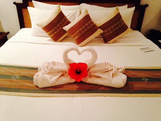 Riverside Boutique Resort : Resort bed with romance pack