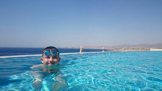Reef Oasis Blue Bay Resort : Infinity pool