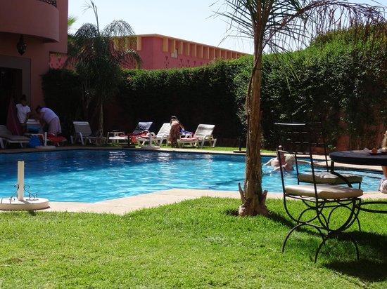 Albakech House: petit déjeuner au bord de la piscine