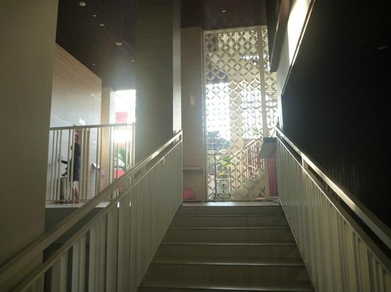 favehotel Kuta Square: Stair from pool.
