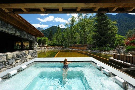 Hotel Quelle Nature Spa Resort: Outdoor Pool con laghetto