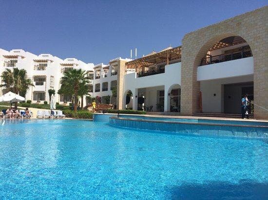 Tiran Island Hotel: Pool side