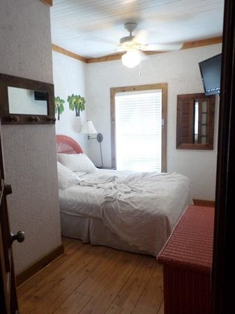 Villas Key West: 2nd bedroom with queen size bed and shower
