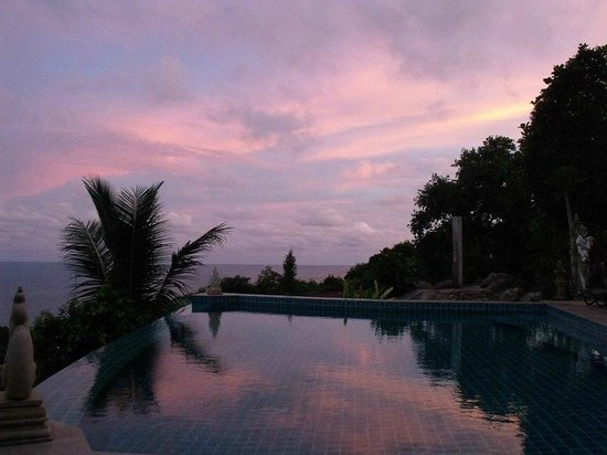 Sunset Hill Resort: Sunrise over infinity pool