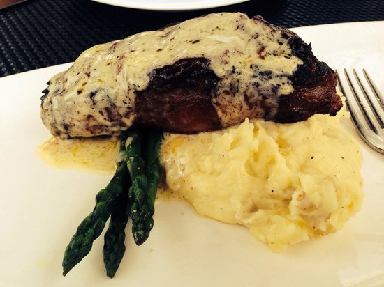 Taverna Tagaris: Bison steak with blue cheese potatoes and asparagus